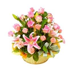 Cesta Mediana de Flores con Lilium y Rosas Rosadas