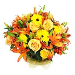 Cesta Flores y Rosas Damasco con Liliums Naranjos