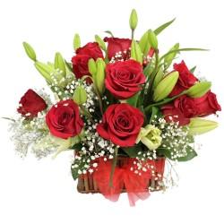 Cesta Pequeña de 12 Rosas Rojas más Liliums