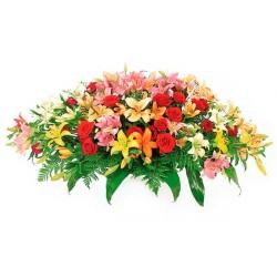 Cubre Urna para Condolencias en Forma de Ovalo con 24 rosas rojas y 20 varas de Liliums multicolores