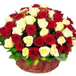 Cesta Redonda con 50 Rosas Blancas y Rojas