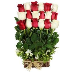 Cesta de 18 Rosas rojas y Blancas en Formación