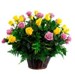 Cesta de 24 Rosas Color Amarillas y Rosadas