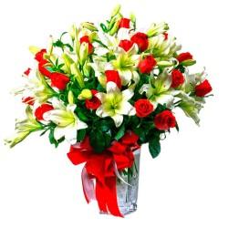 Florero con Lilums Blancos y 24 Rosas Rojas