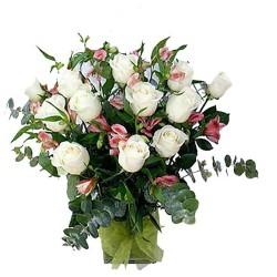 Florero 12 Rosas Blancas para Condolencias y Astromelias