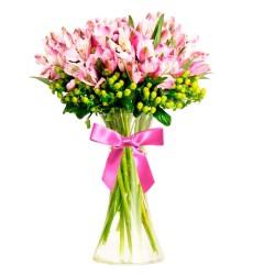 Florero con 40 Varas de Astromelias rosadas con Hipéricos Verdes