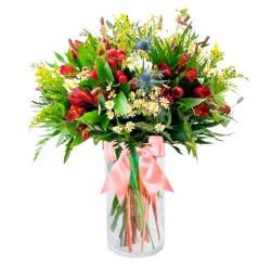 Florero con 10 Atromelias Rojas más hipéricos Solidagos Rústicas y Eucaliptos