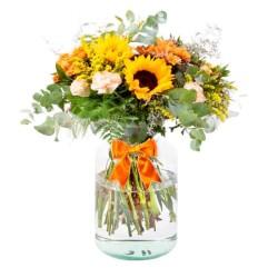 Florero con 5 Girasoles Claveles y Mables en Tonos Amarillos y Eucaliptos