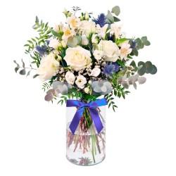 Florero Rustico con flores blancas Eucalipto 6 rosas astromelias y flores silvestres