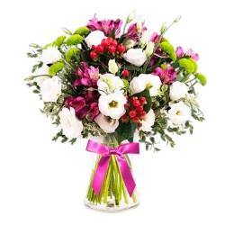 Florero con 10 Lisianthus blancos hipéricos astromelias de color más Flores mix