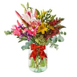 Florero rústico 10 Liliums amarillos y Rosados Iris más Perritos y Hortensia