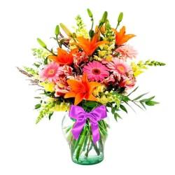 Florero juvenil en tonos con 6 Gerberas 6 varas de Liliums Naranjas más Perritos Amarillos