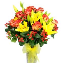 Florero con 12 Rosas Circus y 10 Liliums Amarillos + Hipéricos