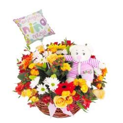Flores en Canastillo Nacimiento es Niña Globo y Peluche